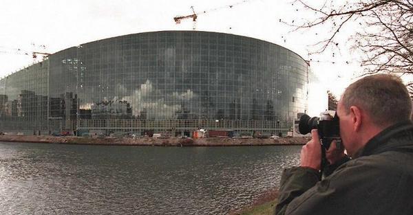 Tourist taking pictures of the European Parliament (c) Eric Cabanis/AFP