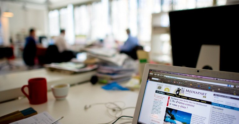 Journalists work on July 8, 2010 in Paris, in the editorial office of the investigative news website Mediapart created in 2008.   AFP PHOTO MARTIN BUREAU