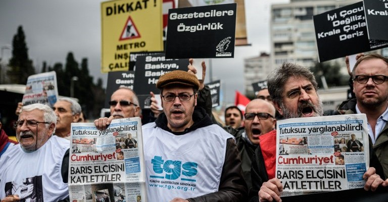 "Members of journalism unions shout slogans and hold placards ""reading: Freedom for journalist"" on November 29, 2015 in Istanbul, during a demonstration after the arrest of their Editor in Chief. A court in Istanbul charged two journalists from the opposition Cumhuriyet newspaper with spying after they alleged Turkey's secret services had sent arms to Islamist rebels in Syria, Turkish media reported. Editor-in-chief Can Dundar and Erdem Gul, the paper's Ankara bureau chief, are accused of spying and ""divulging state secrets"". Both men were placed in pre-trial detention. AFP PHOTO/OZAN KOSE / AFP / OZAN KOSE"