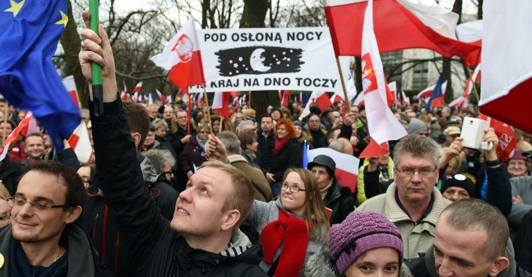 Protesters shout slogans during an anti government demonstration in Warsaw on  December 19, 2015.   Thousands of Poles participated in demonstrations across Poland to protest moves by the new right-wing government to neutralize the Constitutional Tribunal as a check on its power. / AFP / JANEK SKARZYNSKI