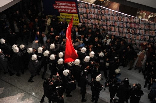 Turkish anti riot police try to disperse employees as they enter at Zaman Daily`s headquarters on March 5, 2016 in Istanbul.  An Istanbul court on March 4, 2016 ordered into administration a Turkish Zaman daily newspaper that is sharply critical of President Recep Tayyip Erdogan, amid growing alarm over freedom of expression in the country.  / AFP / Zaman Daily Newspaper / AKIF TALHA SERTTURK