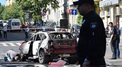 Ukrainian police officers and security services experts examine the charred car of journalist Pavel Sheremet, after he was killed in a car bomb in Kiev on July 20, 2016. A car bomb in central Kiev today morning killed well-known pro-Western journalist Pavel Sheremet, AFP journalists and officials said. The 44-year-old, originally from Belarus but a Russian citizen who worked for Ukrainska Pravda, an independent news site, died when an explosion tore through the car he was in.  / AFP PHOTO / Sergei SUPINSKY